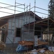 既存建物をデッキで繋いだ、山に囲まれ自然と緑に寄り添う平屋建ての家の新築工事が始まりました。
