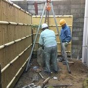 街中の密集地に建つ鉄骨造2階建ての改修工事が年内の竣工にむけて急ピッチで進んでいます。