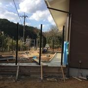 新築住宅と既存建物をデッキで繋いだ平屋建ての家の工事がもうすぐ竣工します
